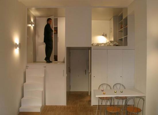 二楼的卧室除了放置一张双人床外,还有搁架与衣柜,小小的空间,没有挤迫的感觉。 30平方米的空间,却可以将家居的基本功能有条不紊地收纳进去,而且还有一定的活动空间,这得益于设计师的巧妙设计,使蜗居变得舒适温馨。